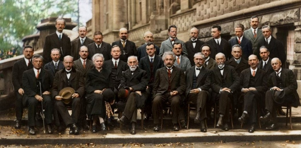 عکس یادگاری انیشتین با بقیه دانشمندان